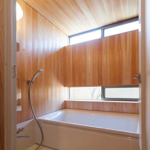 ガレージが印象的な木の家 お風呂にも木を