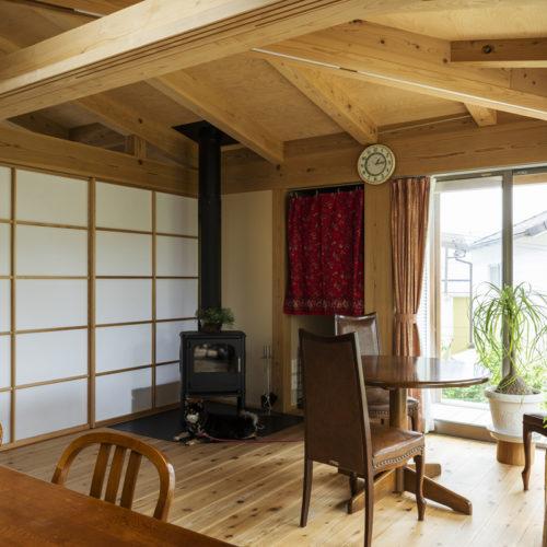 木の家で緑あふれる暮らし 暖炉のあるリビング02