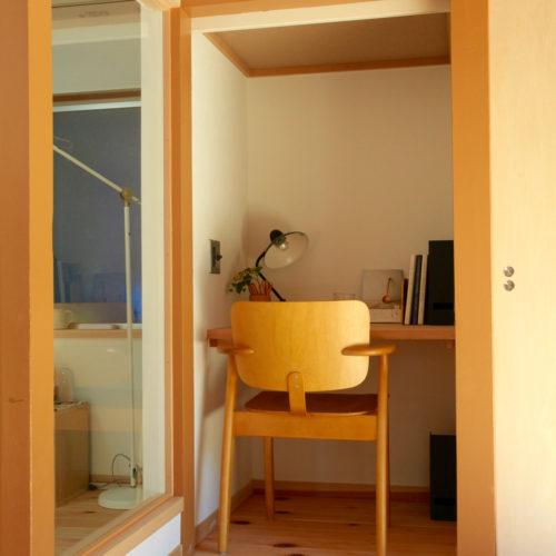 東難波思い出を残して暮らしやすくした家 お気に入りの椅子を置いて