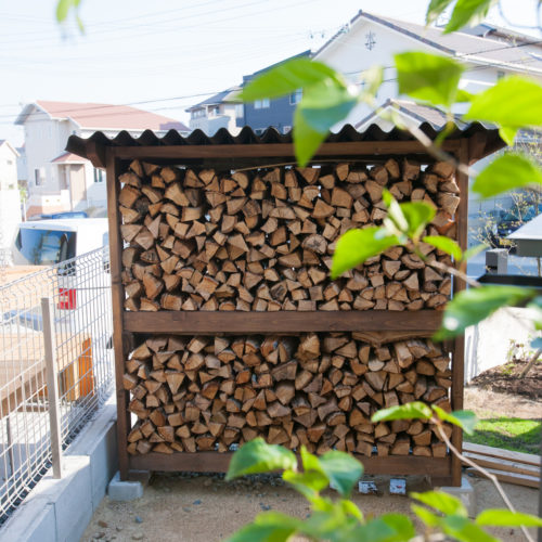 ガレージが印象的な木の家 薪の保管所