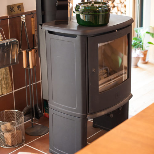 ガレージが印象的な木の家 リビングの暖炉