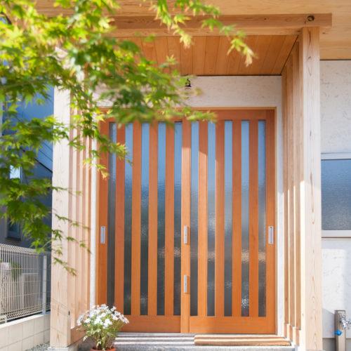 ガレージが印象的な木の家 玄関