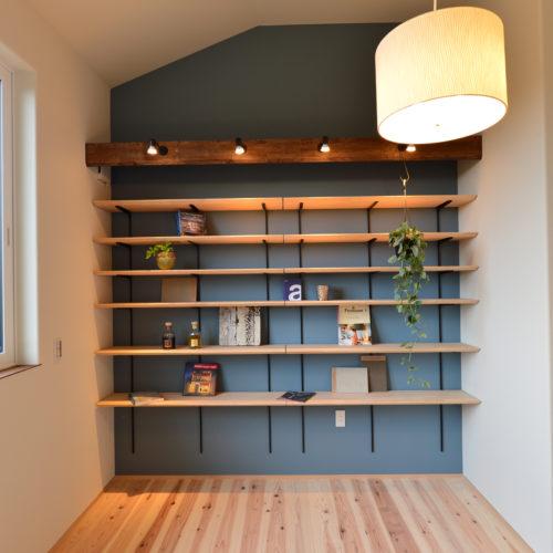 歴史的景観地区の古い街並みに馴染む家 中二階の大容量の本棚