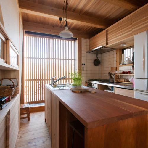 ガレージが印象的な木の家 キッチン全景
