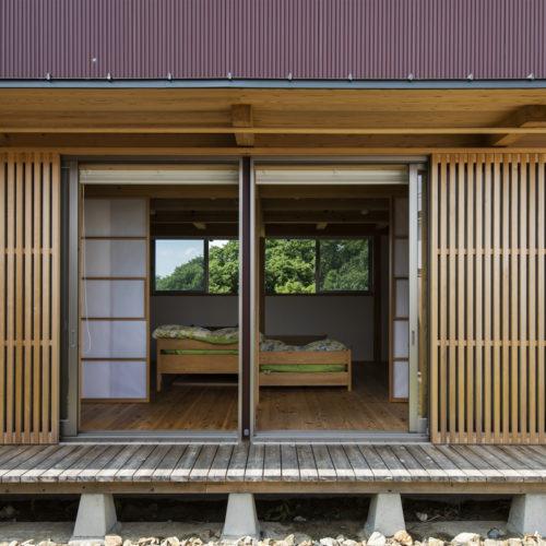 地形を生かした木の家 自然に溶け込む寝室