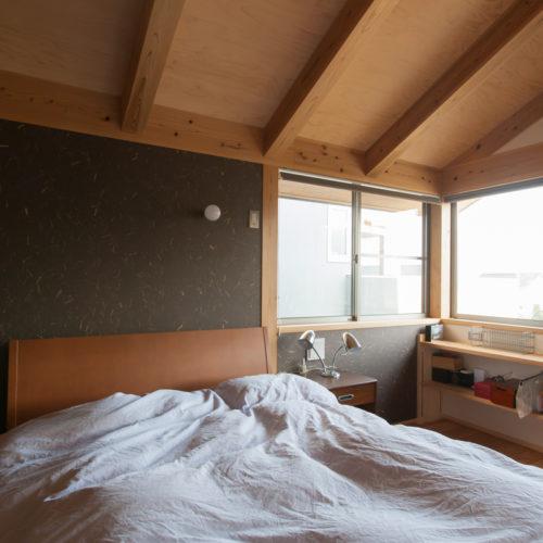 ガレージが印象的な木の家 寝室