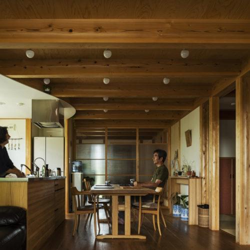 家族の気配を常に感じる木の家 キッチン03