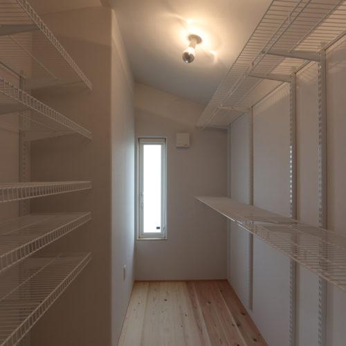 開放的なリビングの家 システム収納