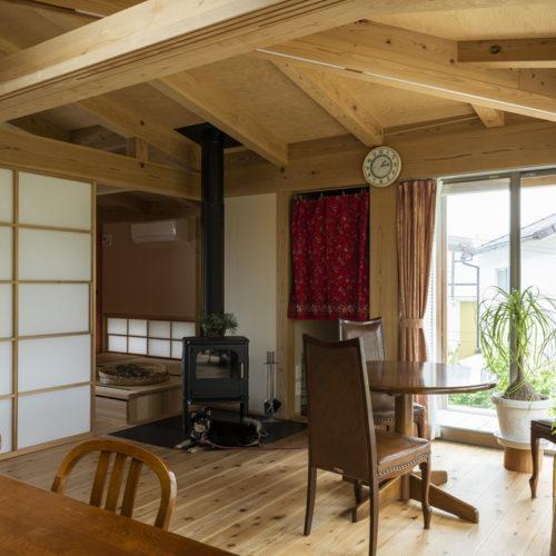 木の家で緑あふれる暮らし 暖炉のあるリビング01