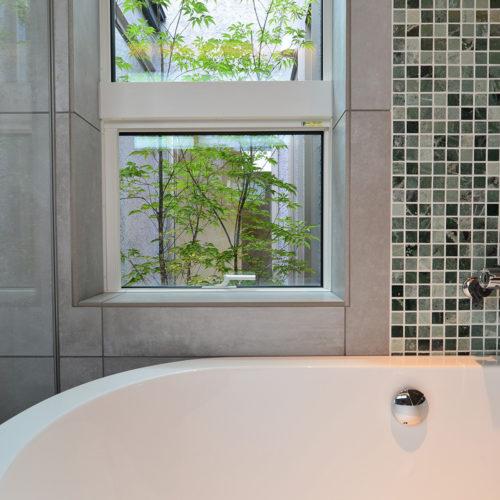 中庭のある家 浴室から見える中庭