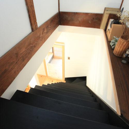 東難波思い出を残して暮らしやすくした家 飾り棚を設けたカッコいい階段