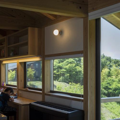 地形を生かした木の家 最高のロケーションに机を置いて