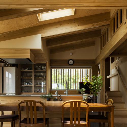 木の家で緑あふれる暮らし リビングからキッチンを望む