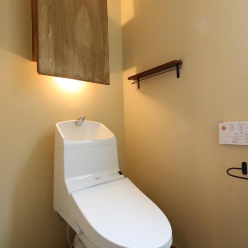 08壁面収納のあるトイレ