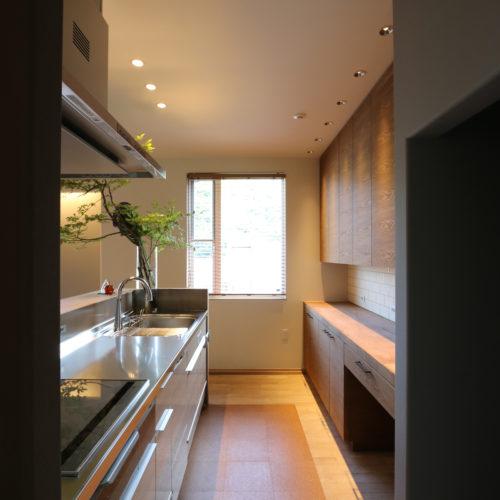 03キッチン床はコルクタイルを使用