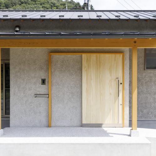 素材とデザインにこだわり製作した玄関引き戸