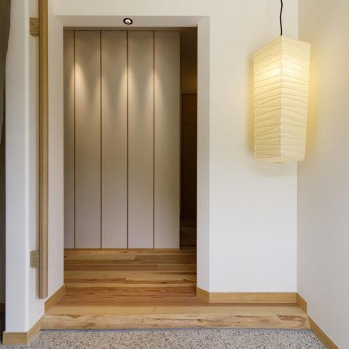 玄関を開けると正面に見える壁面デザイン