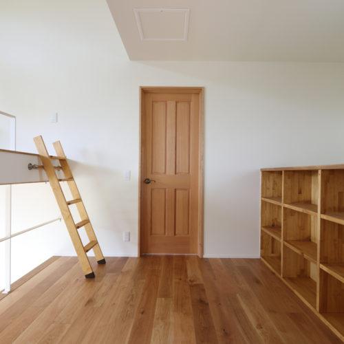 2階ホールにはスキップフロアと本棚を