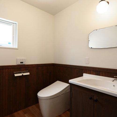 ひったりとした広さを確保した1階トイレ