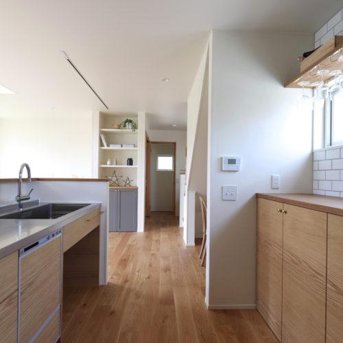 オーク材の美しい木目をいかした造作キッチン