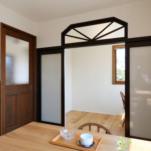 書斎コーナーへの入り口は和製アンティークの建具