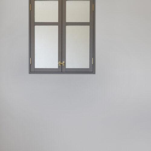 吹き抜けに面した2階居室に室内窓を設置