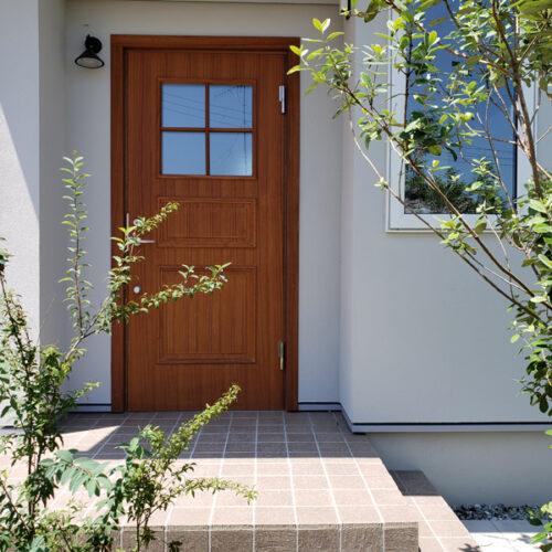 植栽に囲まれた玄関まわり