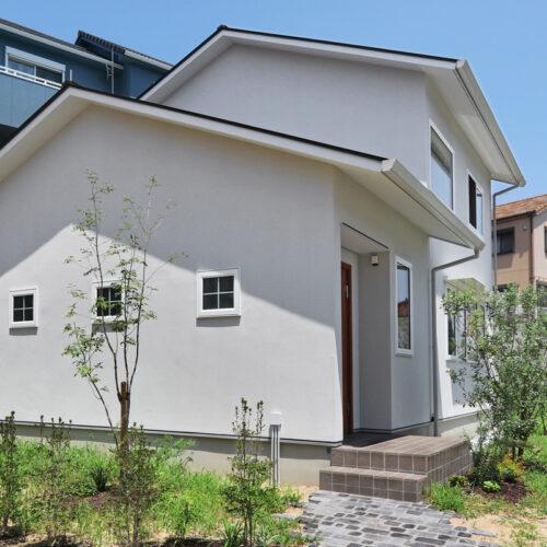 切妻の大屋根と下屋が特徴的な外観