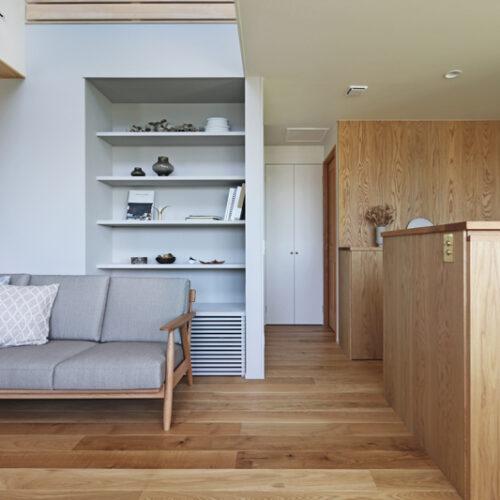 ソファの背面には本棚&飾り棚