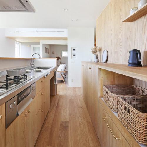 カップボードとキッチン背面の壁にオーク材を使用