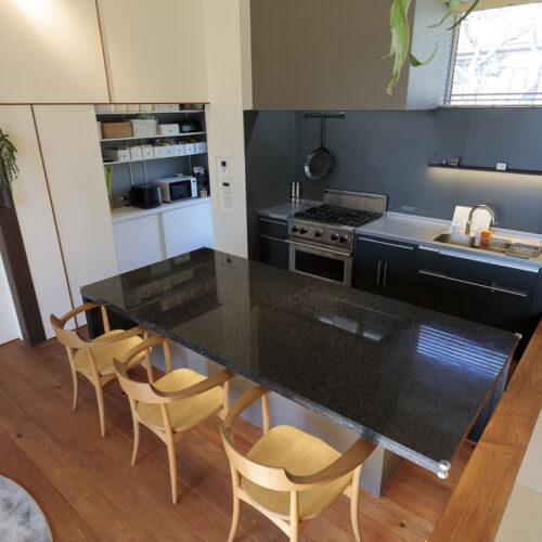 ⑤テーブル-オーダーキッチンテーブルは御影石を