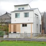 白色のガルバ-二ュ-ム合板の家