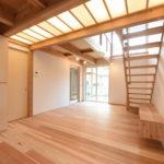 吹き抜けを作る事により、家がとても明るくなります。