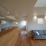 造作家具とオーダーソファーとホワイトレンガの壁