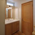 木製の造作洗面化粧台はインテリアに馴染み収納も充実