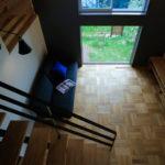 2階からリビングを見ると庭の芝生と里山の緑を楽しめます