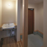 03玄関の横に何かと便利な手洗いです